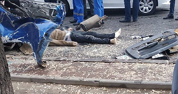 В Алматы произошла страшная авария со смертельным исходом — машину буквально разорвало пополам после столкновения