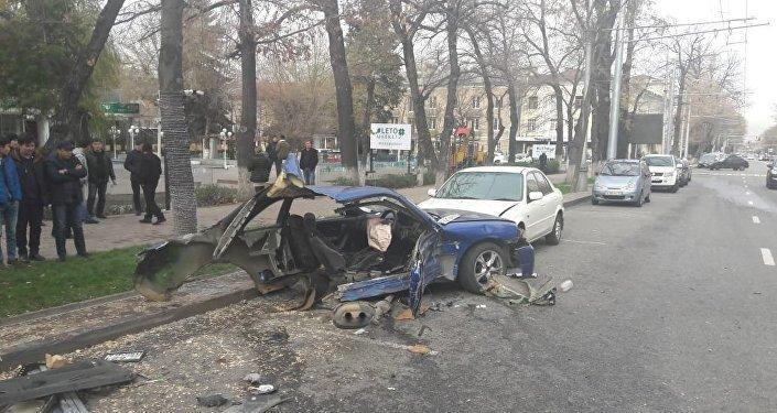 После этого Nissan разорвало на две части: задняя половина отлетела к деревьям, а передняя — в припаркованный неподалеку Ford.