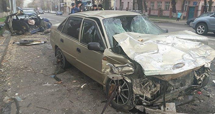 Ниже улицы Жамбыла водитель не справился с управлением, машину занесло, и она вылетела на полосу встречного движения, где врезалась в Daewoo Nexia