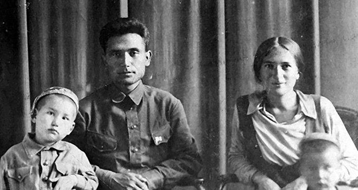 Төрөкул жана Нагима Айтматовдор уулары менен. Архив