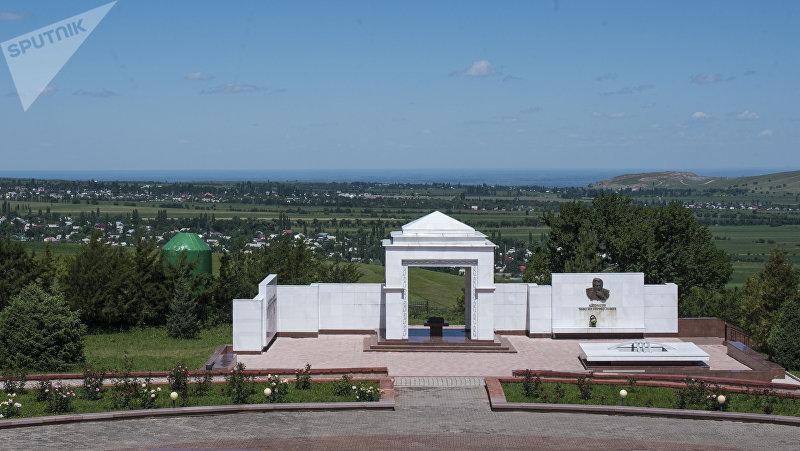 Мемориал, посвященный кыргызскому писателю Чингизу Айтматову в мемориальном комплексе Ата-Бейит в селе Чон-Таш