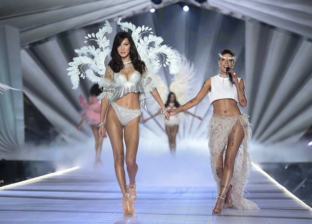 АКШнын Нью-Йорк шаарында Victoria's Secret брендинин ич кийимдер коллекциясы көрсөтүлдү
