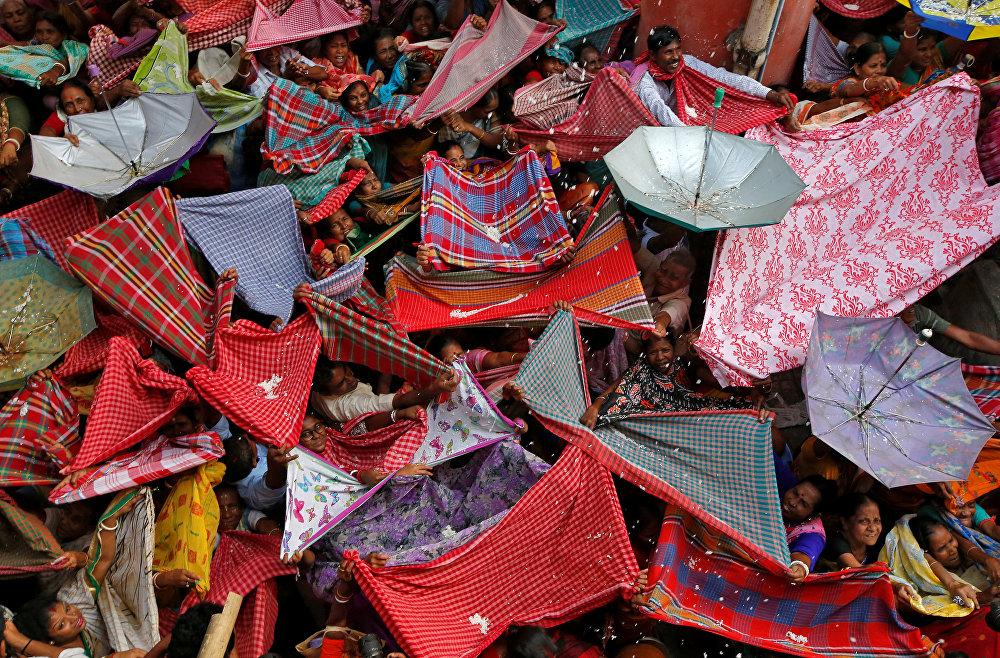 Калькуттада кылымдардан бери келе жаткан Аннакут фестивалы өттү. Ага катышкандар ыйык чиркөөнүн башынан ыргытылган күрүчтү тосуп алууга аракет кылышууда