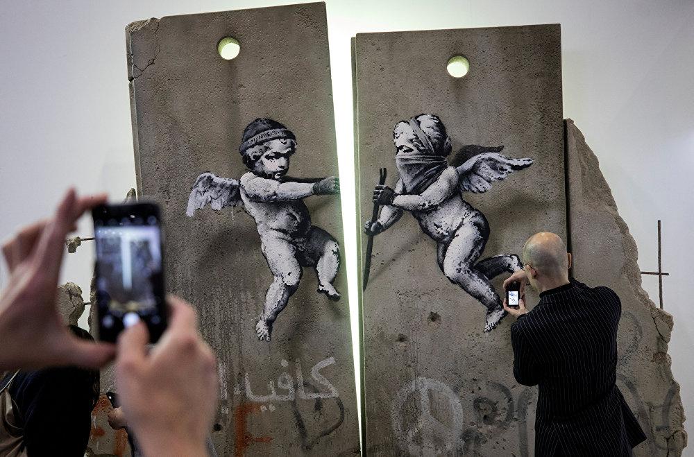 Лондондо көчө сүрөтчүсү Бэнксинин экспонаттары
