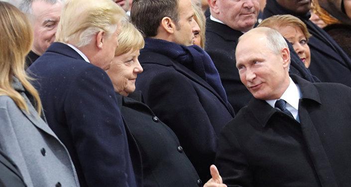 Президенты России и США Владимир Путин и Дональд Трамп обменялись рукопожатиями, встретившись у Триумфальной арки в Париже, где начинается торжественная церемония по случаю столетия окончания Первой мировой войны.
