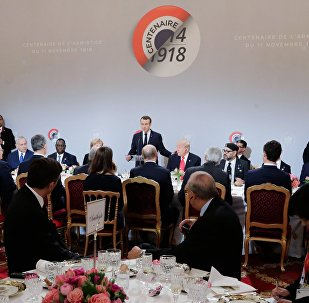 Елисей сарайындагы эртең мененки тамакта Россия менен АКШнын президенттеринин отура турчу орду алмаштырылгандыктан алар сүйлөшө алышкан жок