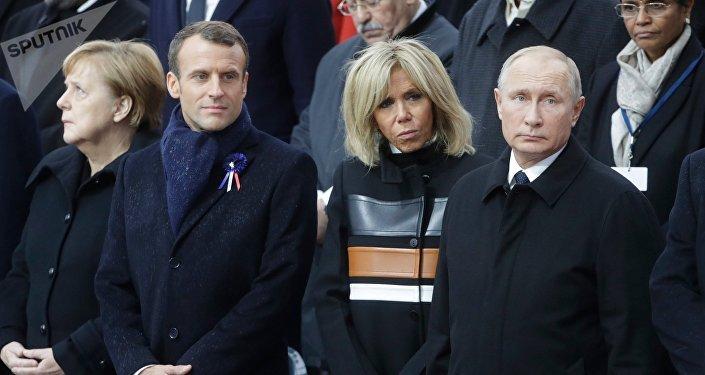 Президент РФ Владимир Путин на мемориальной церемонии у Триумфальной арки в Париже по случаю 100-летия окончания Первой мировой войны. Слева направо: канцлер ФРГ Ангела Меркель, президент Франции Эммануэль Макрон, супруга президента Франции Бриджит Макрон.