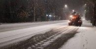 Сотрудники МП Тазалык проводят работы по очистке столичных улиц от снега. Архивное фото