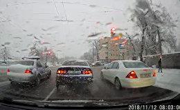 Милицейская машина грубо нарушала ПДД в Бишкеке — видео очевидца