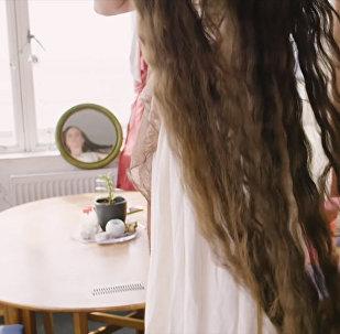 Как выглядят волосы британской Рапунцель, которая не моет их 20 лет. Видео