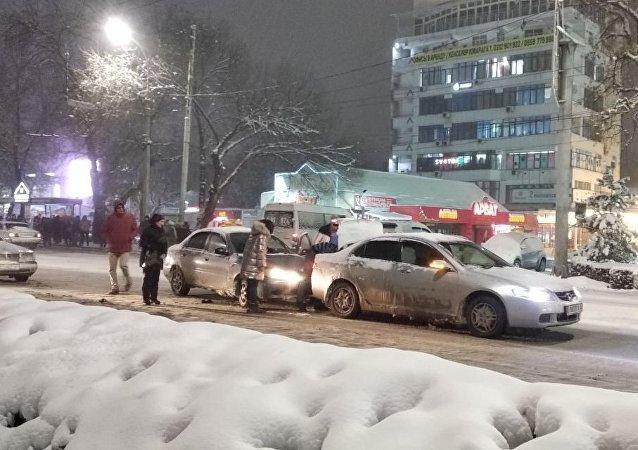 Мелкое ДТП на проспекте Чуй во время снегопада в Бишкеке