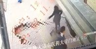 Девушка неожиданно провалилась под асфальт в Китае — страшное видео