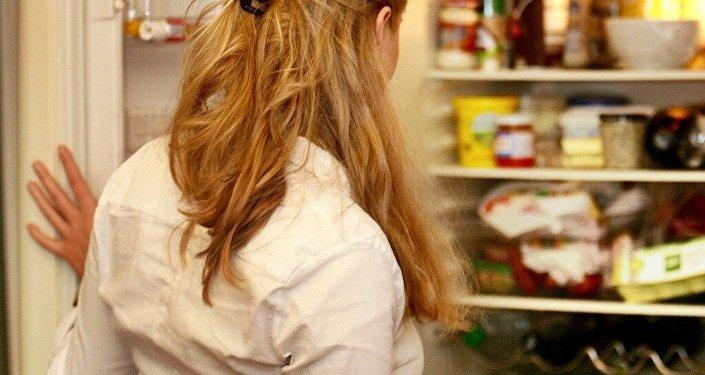 Холодильники карап жаткан кыз. Архив