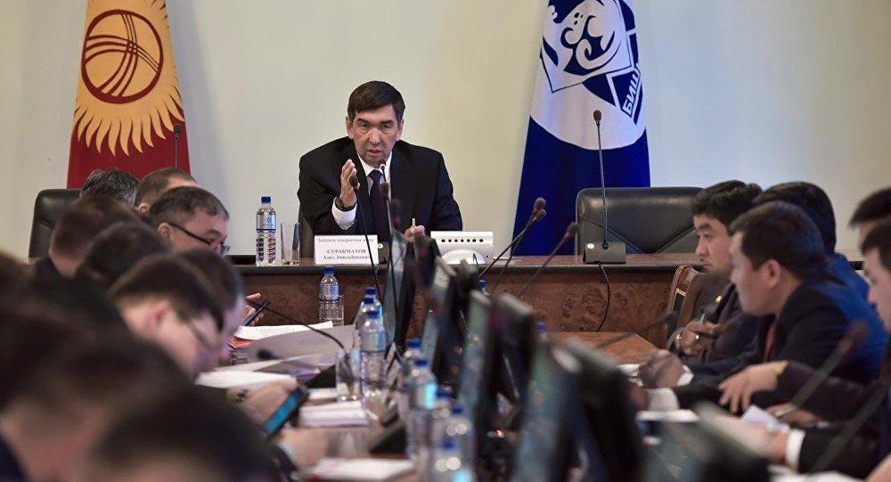 Мэр Бишкека Азиз Суракматов во время совещания. Архивное фото