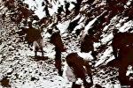 Десятки тысяч людей рисковали жизнью высоко в горах — видео стройки дорог КР