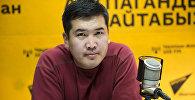 Кыргызский художник Максат Болотбеков во время интервью на радиостудии Sputnik Кыргызстан