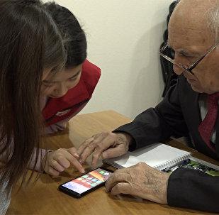 Волонтеры национального общества Красного Полумесяца Кыргызстана уже год учат социально уязвимых и пожилых граждан пользоваться смартфонами.