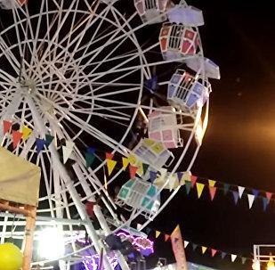 В Индонезии кабины колеса обозрения перевернулись вместе с людьми. Видео