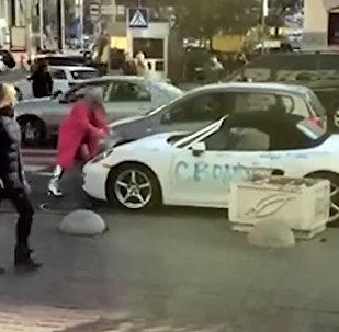 Блондинка топором разбила Porsche в Киеве. Видео