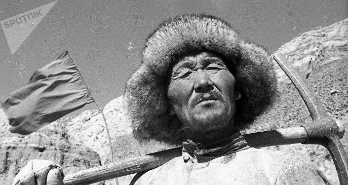 Балдардын колу канга боёлуп кетчү. Кыргызстандагы жолдор кантип курулган?
