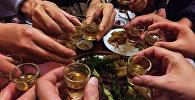 Ресторандагы кардарлар алкоголь ичимдиктерди кармап турушат. Архив