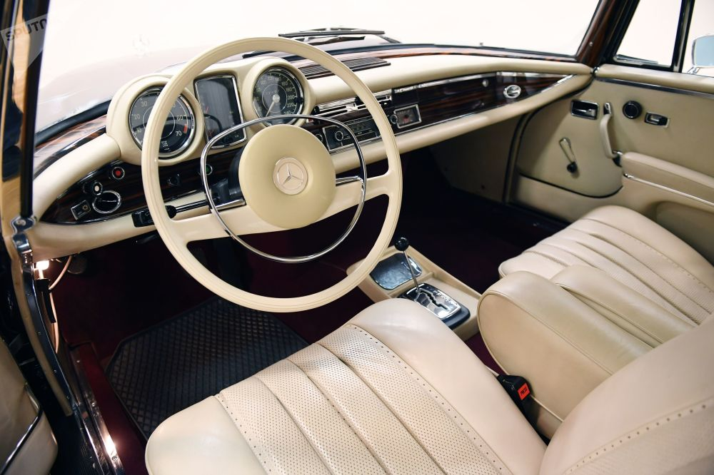 Салон автомобиля Mercedes Benz В188