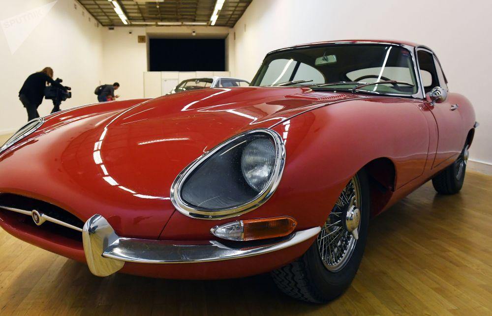 Купе Jaguar E-type 1961–1968 годов выпуска имеет мощность 265 лошадиных сил