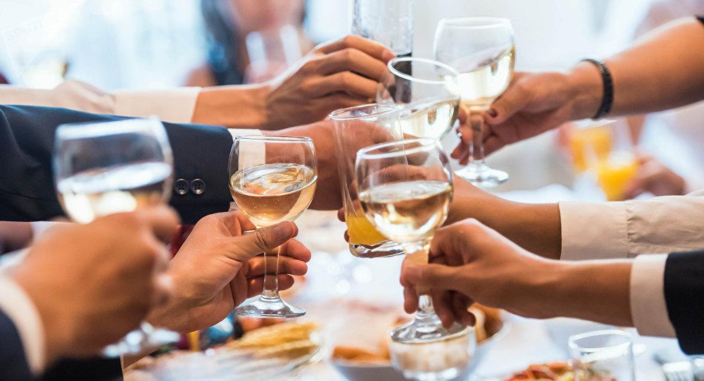 Гости на свадьбе во время торжества. Архивное фото