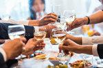 Люди пьют шампанское. Архивное фото