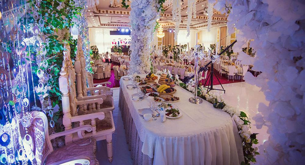 Ресторан, приготовленный для свадьбы. Архивное фото
