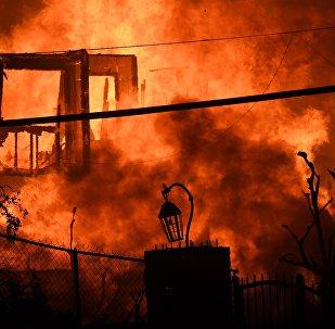 Горящий дом во время лесного пожара Вулси на севере Калифорнии, Малибу. 9 ноября 2018 года в Малибу