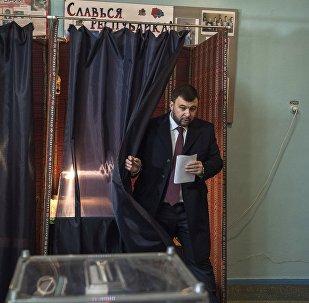 Исполняющий обязанности главы Донецкой народной республики, кандидат на должность главы республики Денис Пушилин голосует на выборах главы и депутатов Народного совета ДНР на избирательном участке в Донецке.