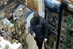 В России продавщица прогнала шваброй грабителя с пистолетом — видео
