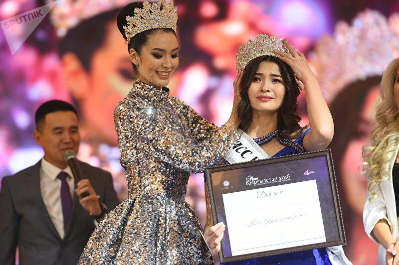 Обладательницы титула Мисс Кыргызстан — 2017 Бегимай Карыбекова (слева) и Мисс Кыргызстан — 2018 Эльмара Буранбаева