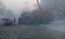 В Бишкеке мусоровоз врезался в столб и повредил троллейбусную линию