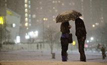 Молодая пара под зонтом. Архивное фото