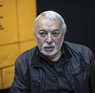 Журналист Александр Никсдорф во время интервью на радиостудии Sputnik Кыргызстан