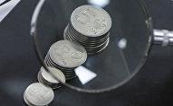 Кыргызские монеты через лупу. Архивное фото
