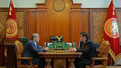 Президент Сооронбай Жээнбеков и экс-президент Алмазбек Атамбаев. Архивное фото