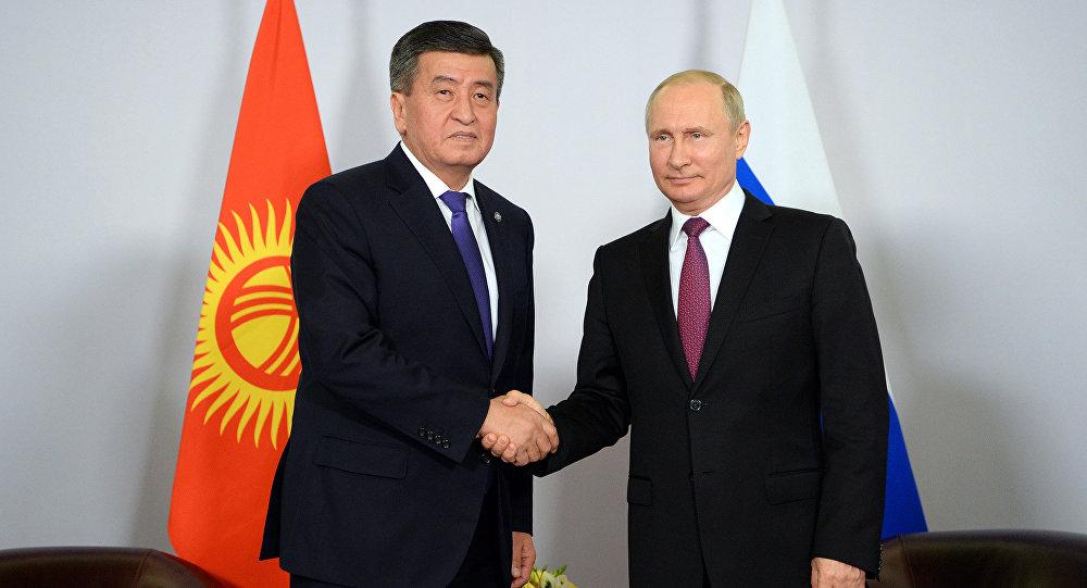 Кыргызстандын жана Россиянын президенттери Сооронбай Жээнбеков жана Владимир Путин. Архив