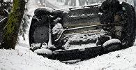 Архивное фото автомобиля, упавший на бок