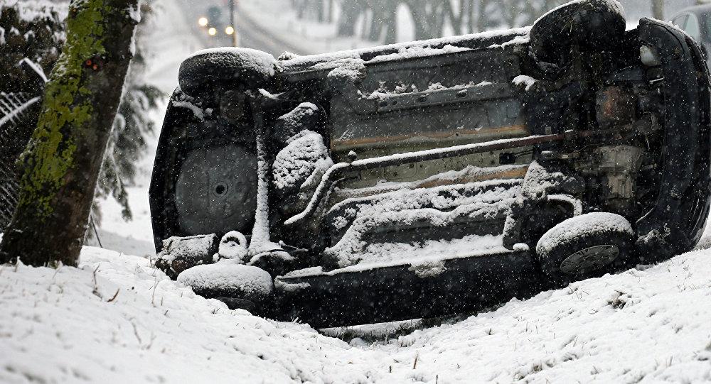 Автомобиль, упавший на бок в результате ДТП. Архивное фото
