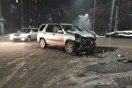 Эркиндик проспектиси менен Киев көчөсүнүн кесилишинде эки Honda CR-V кагышкан