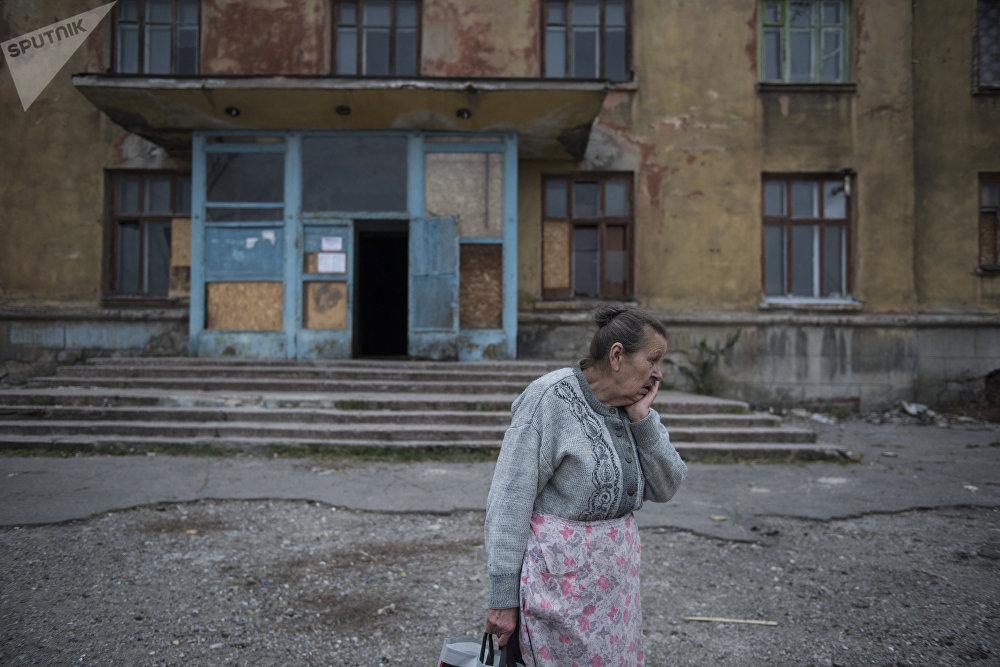 Донецк шаарындагы жатаканалардын биринин жанындагы жергиликтүү тургун