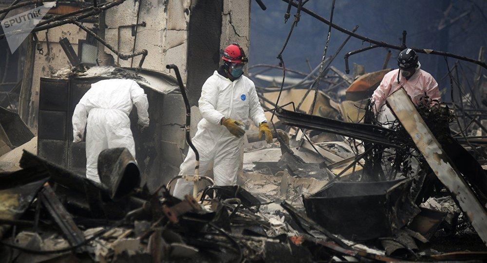 Спасатели ликвидируют последствия лесного пожара в городе Парадайз в штате Калифорния.