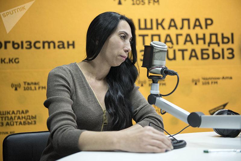 Продюсер, автор шоу Келин Хадича Харсанова во время интервью на радиостудии Sputnik Кыргызстан