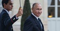 Президент РФ Владимир Путин покидает Елисейский дворец после рабочего завтрака от имени президента Франции Эммануэля Макрона в честь приглашенных глав государств и правительств.