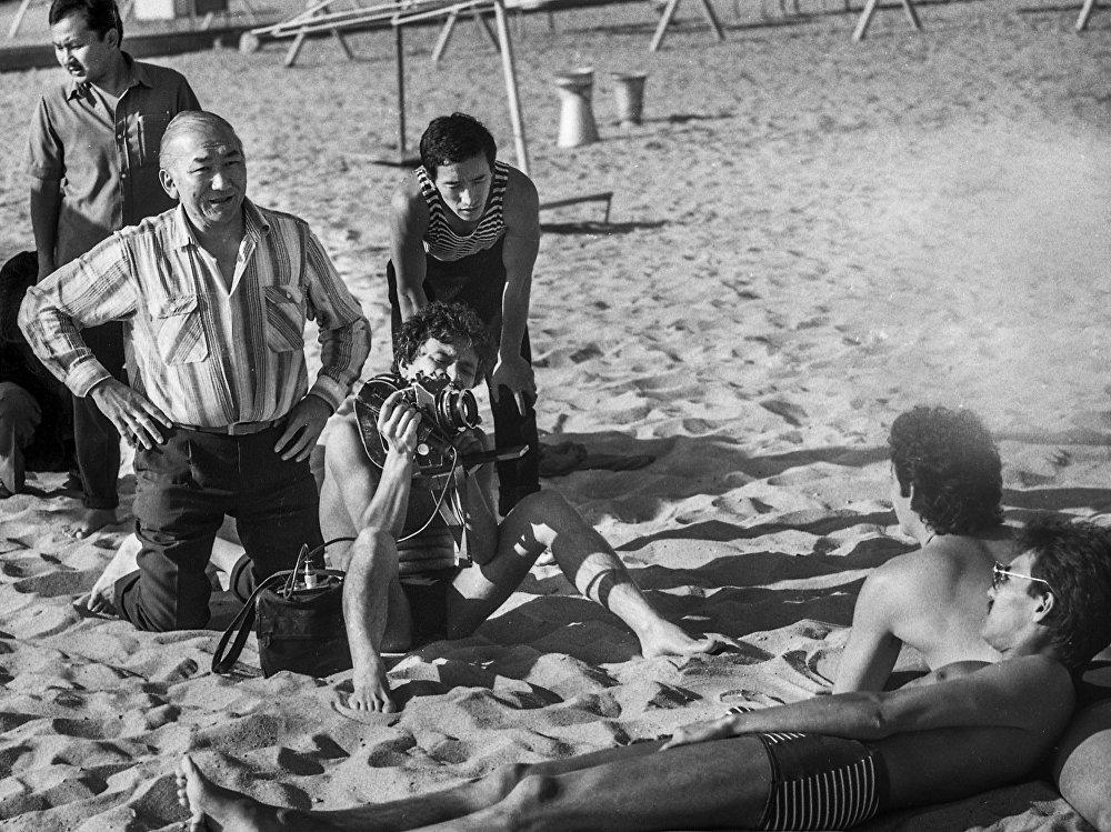 Белгилүү киножаратуучу Мелис Убукеев кадр сыртында. Актриса Таттыбүбү Турсунбаеваны биринчилерден болуп байкап, кино чөйрөсүнө чакырган дал ушул залкар болгон