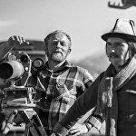 Сүрөттө камера кармап турган литвалык кинорежиссер Альгимантас Видугирис. Анын Көз айнекчен тасмасын көпчүлүк азыркыга чейин сүйүп көрөт