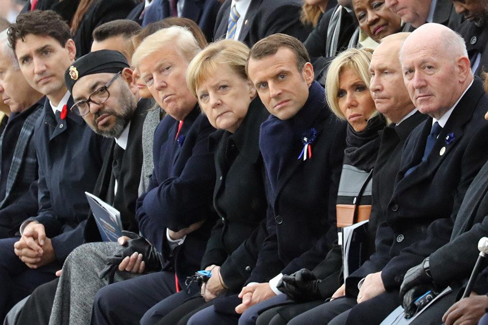 Солдон оңго карай: Канаданын премьер-министри Жастин Трюдо, Марокконун падышасы Мохаммед VI, АКШ президенти Дональд Трамп, Германиянын канцлери Ангела Меркель, Франциянын президенти Эммануэль Макрон жубайы Брижит менен, Россиянын президенти Владимир Путин, Австралиянын генерал-губернатору Питер Косгроув. Биринчи Дүйнөлүк согуштун аякташынын урматына уюштурулган эскерүү салтанатында тартылган сүрөт.